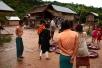 Die Dorfbewohner freuen sich, dass wir da sind, sie bieten ihre Waren zum Verkauf an.