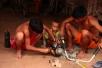 Zwei Männer reparieren einen Motor