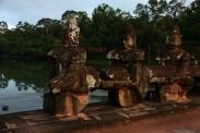 Eine der Brücken, die in die alte Hauptstadt Angkor Thom führt