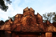 Der sogenannte Pink Tempel (Banteay Srei), da er in rötlicher Farbe erstrahlt