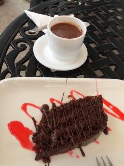 Schokoespresso und Schokokuchen in Sucre